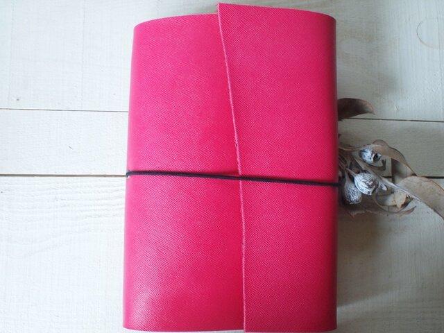 本革 A5手帳カバー 鮮やかピンクでくるんと 自然な切り口の画像1枚目