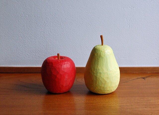 木彫りのりんごと洋なしの画像1枚目