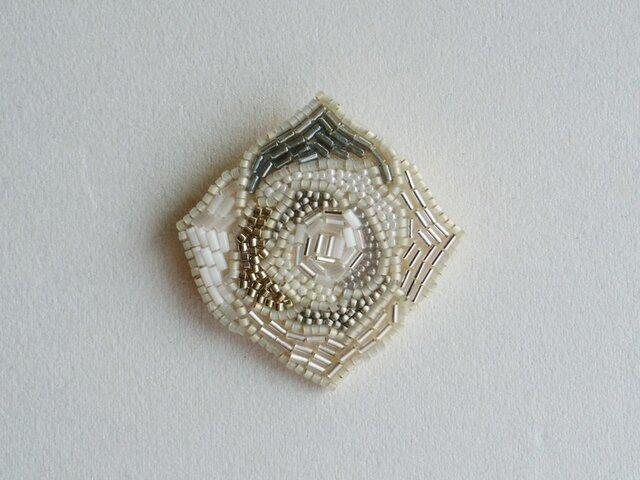 【再々出品‼︎‼︎】白いバラのビーズブローチ Silverの画像1枚目