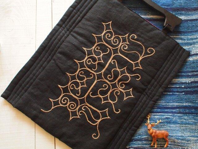 アイヌ刺繍 リネンに柿渋の糸で刺繍しましたの画像1枚目