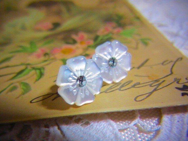 マザーオブパール お花のピアスの画像1枚目