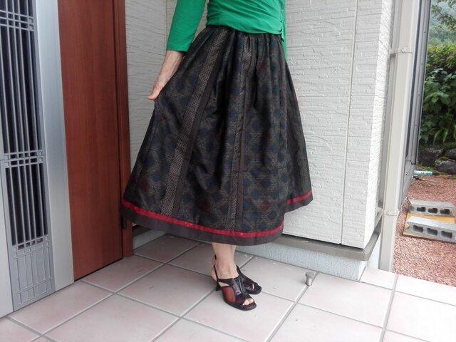 どっしりと落ち着いた スカートの画像1枚目