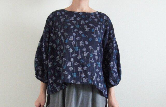紺色花柄ダブルガーゼのプルオーバー  袖ギャザーの画像1枚目