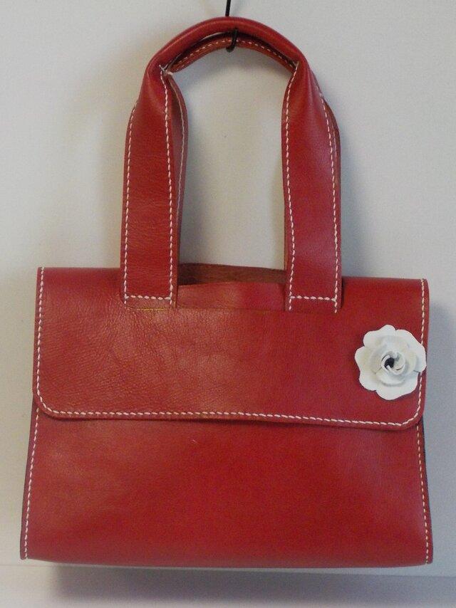 手縫い 白いバラのついた赤の牛革で出来た蓋つきトートバッグの画像1枚目
