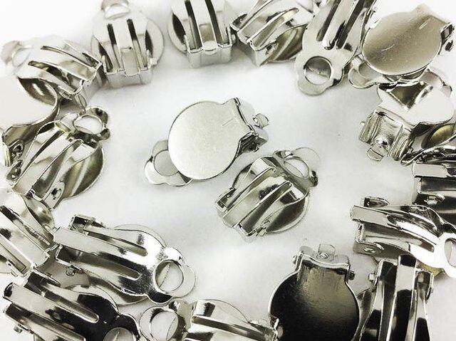 送料無料 クリップ パーツ 丸皿 台座 付き シルバー 20個 アクセサリー ブローチ 素材 イヤリング 金具 (AP0170)の画像1枚目