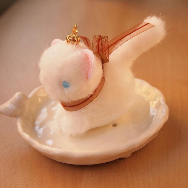 【再販】ちいさなぬいぐるみ 王冠をかぶった白猫*ブラウンのリボンの画像1枚目