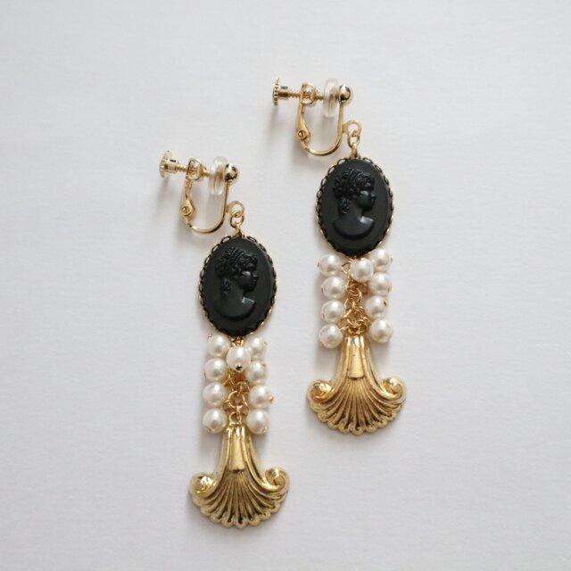 Vintage black cameo&metal shell earring(pierce)の画像1枚目