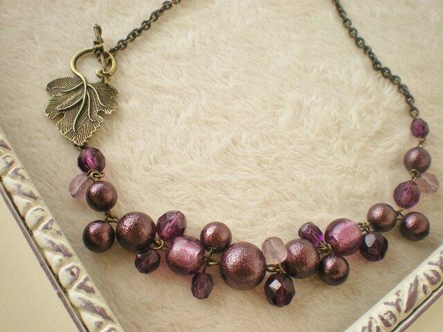 ぶどう*紫のつぶつぶネックレスの画像1枚目