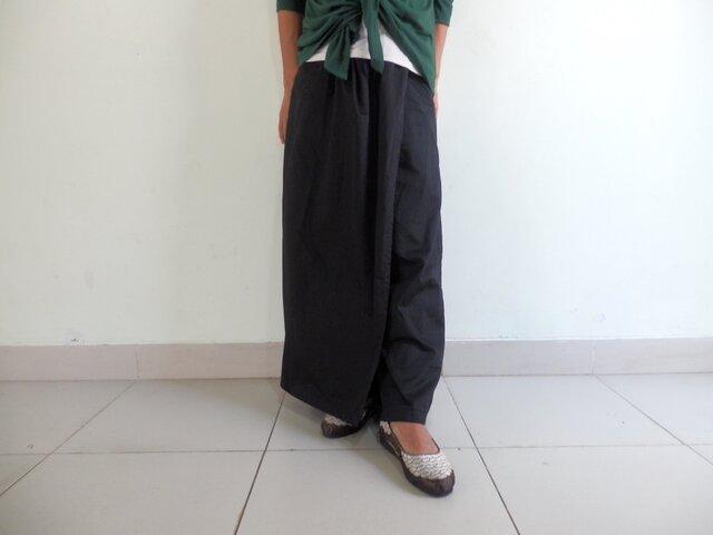 ブラック/ラップスカート付きゆったりストレートパンツの画像1枚目
