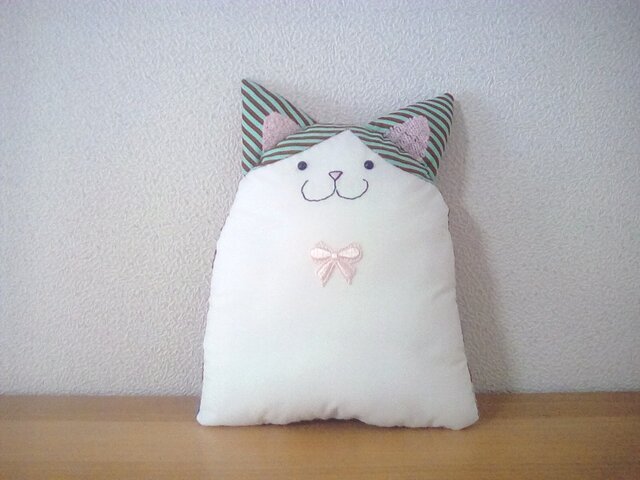 チョコミント色のハチワレ猫さんの画像1枚目