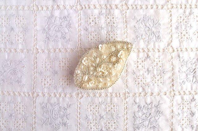 白の葉っぱブローチ 小花たちの画像1枚目