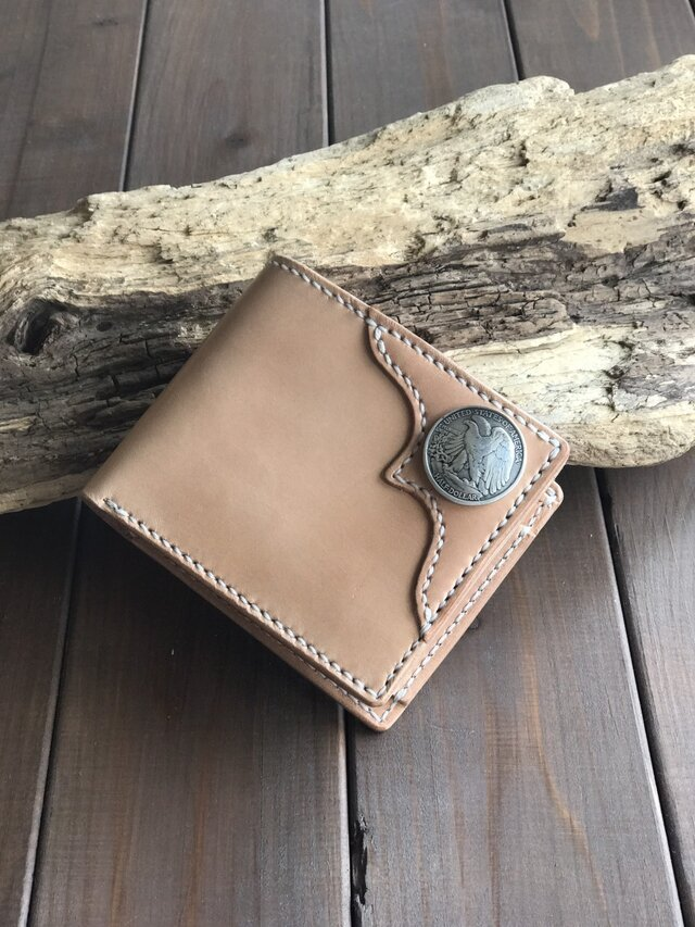 コンチョが装飾された二つ折り財布の画像1枚目