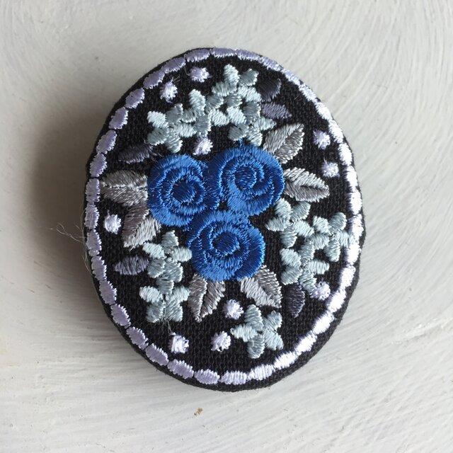 刺繡ブローチ ミニバラのブーケ 楕円型 青の画像1枚目
