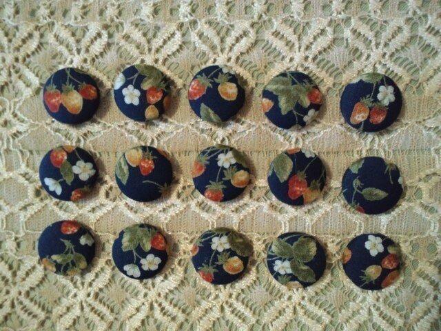 紺地イチゴ柄のくるみボタン15個セット18㎜の画像1枚目