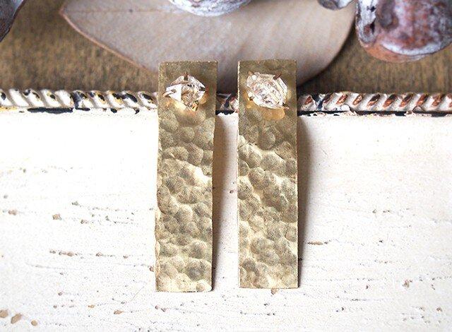 原石のハーキマーダイヤモンドと真鍮の四角ピアスの画像1枚目