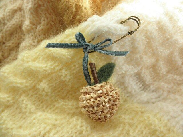 麦藁細工のりんごストールピンの画像1枚目