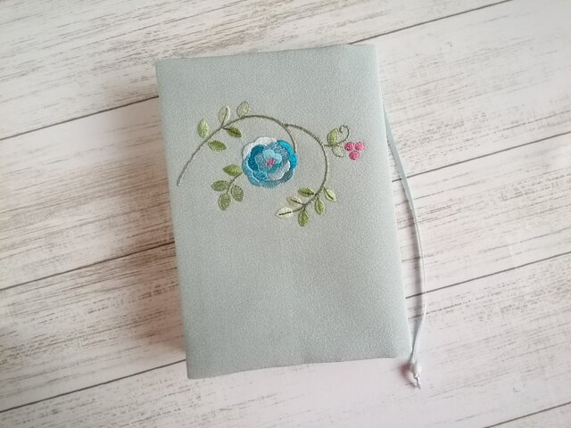 日本刺繍 青いバラのブックカバーの画像1枚目