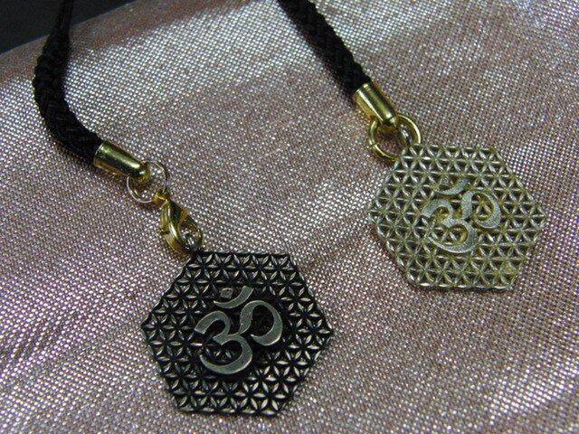 真鍮製梵字調 根付ストラップ1個 着物や浴衣の帯飾りに/燻し・生地仕上げ選択の画像1枚目