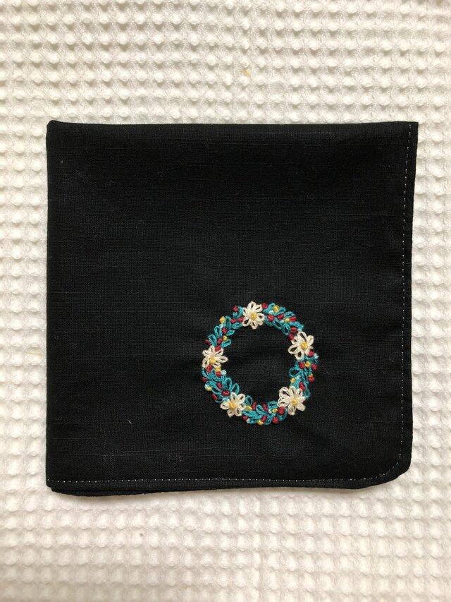 コットンの刺繍ハンカチ☆小花のリースの画像1枚目