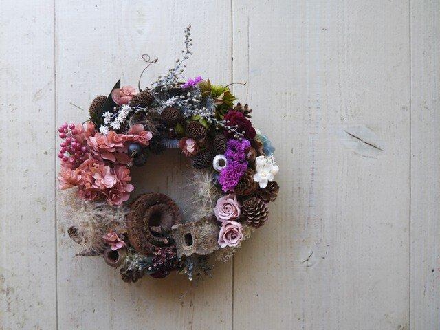 個性派のプリザブドフラワーの紫陽花と木の実のリースの画像1枚目