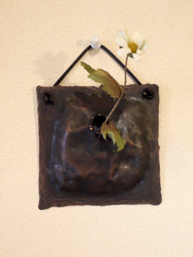 小ぶりの壁掛け銅製花器(一輪挿し)の画像1枚目