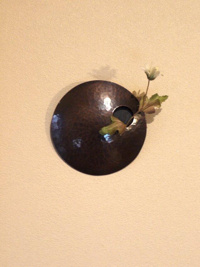 まあるい壁掛け銅製花器(一輪挿し)の画像1枚目