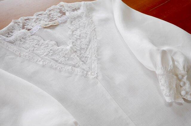 ゴージャスレーシーなホワイトリネンのドレスブラウス【Vネック・ビーズ刺繍・長袖】の画像1枚目