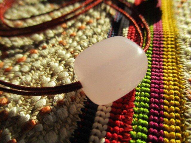 さくら色の古い玉髄 お紐仕立て 無段階調節可能 ネックレスの画像1枚目