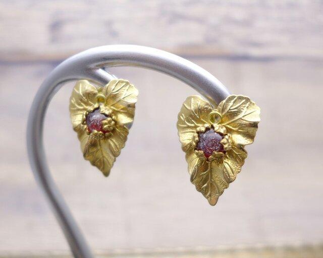 真鍮とガラスのイヤリング アイビー 真紅 赤:ヴィンテージ ビンテージ アンティークの画像1枚目