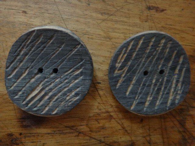 楢の木染めボタン ギザギザ2個の画像1枚目