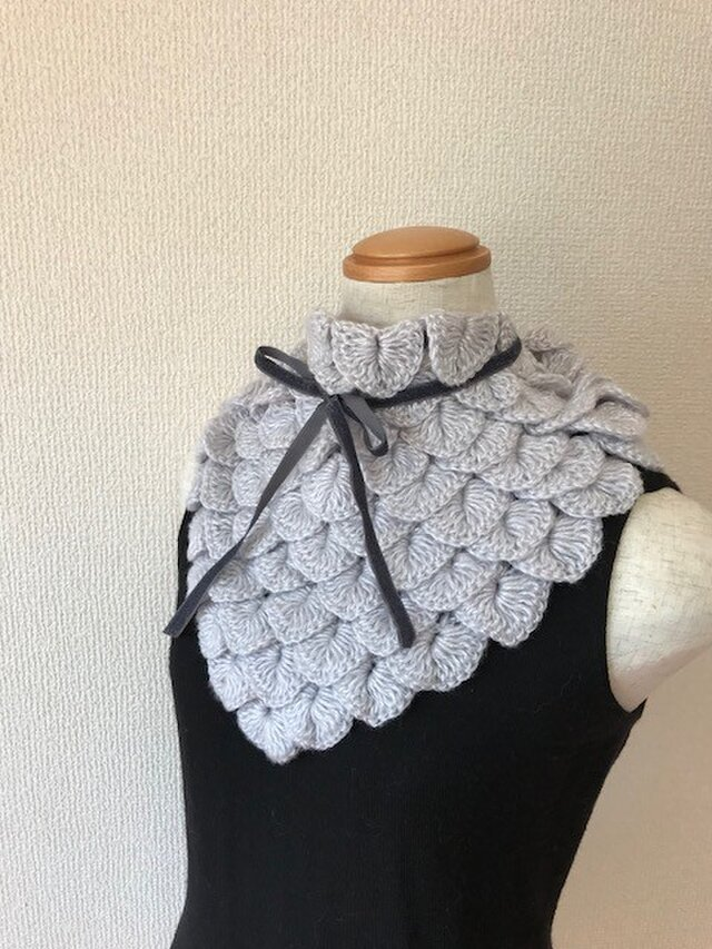 うろこ編みのサンカクミニマフラー2017 シルバーグレーの画像1枚目