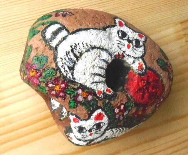 【招き猫石】福来たる3匹の白猫とツバキの花 ストーンペイントまねきねこの画像1枚目