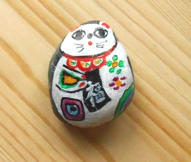 【招き猫石】福来たる右手を上げた小丸白猫 黒石シリーズ小 ストーンペイントまねきねこの画像1枚目