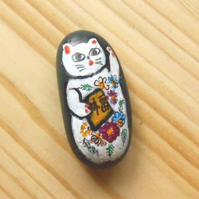 【招き猫石】福来たる左手上げ花柄の白猫 黒石シリーズ小 ストーンペイントまねきねこの画像1枚目