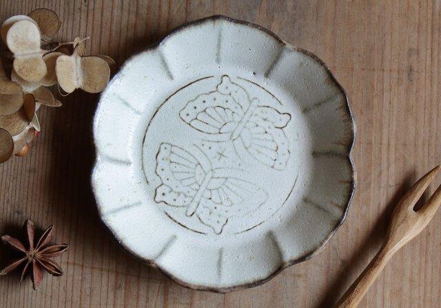 ちいさなお皿 蝶 やさしい雰囲気の白マット系の画像1枚目