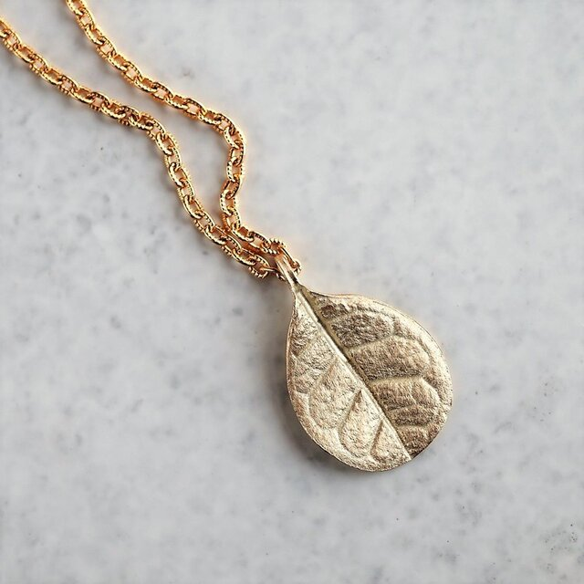 Feijoa leaf necklace (small) {P076K10}の画像1枚目