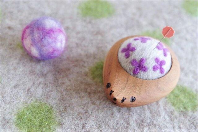 ハリネズミの羊毛ピンクッション【針山】 Hana-Hana 紫色の画像1枚目