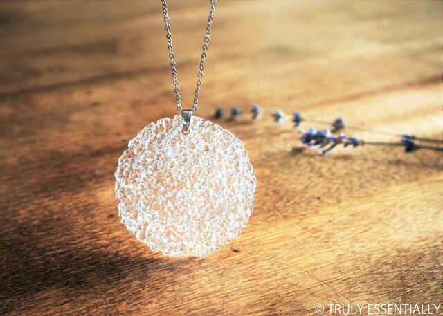 無色透明ガラスのネックレス -「The Peace-in-Piece 」● 直径約50mm・光沢の画像1枚目
