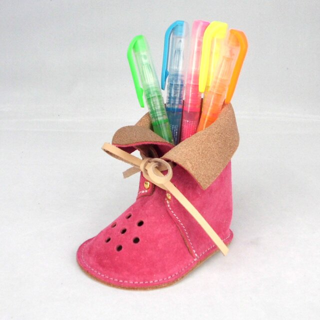 ブーツ型ぺんたて ピッグレザーでデスクもやわらかな雰囲気【ピンク】の画像1枚目