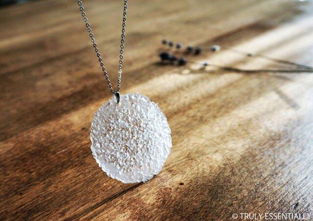 無色透明ガラスのネックレス -「The Peace-in-Piece 」● 直径約50mm・つや消しの画像1枚目