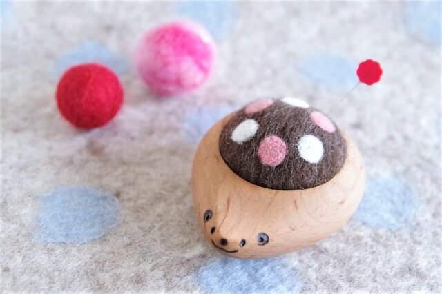 ハリネズミの羊毛ピンクッション【針山】水玉 ピンクの画像1枚目