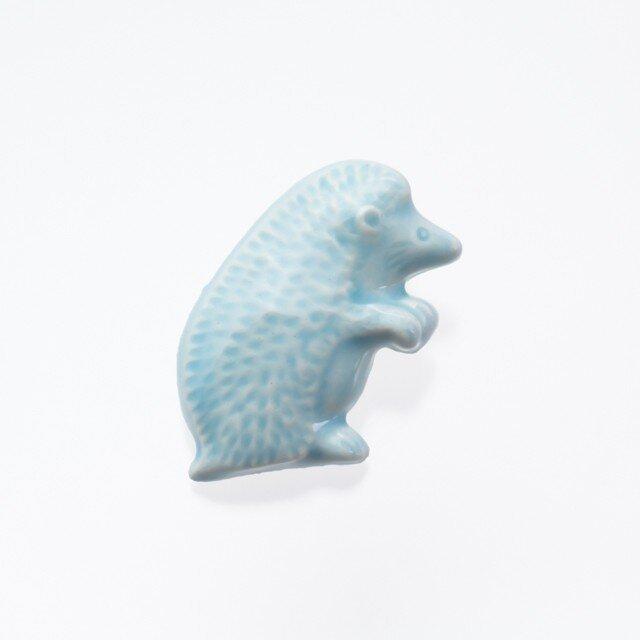 陶器ブローチ (立)ハリネズミ(ブルー)の画像1枚目