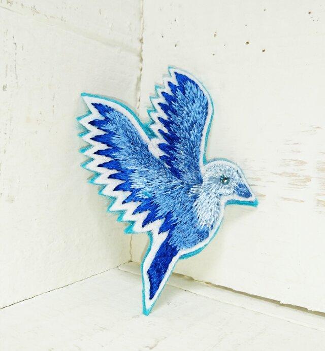 空に溶け込む青い鳥*刺繍ブローチの画像1枚目