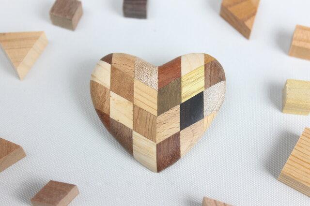 寄木のハートブローチの画像1枚目