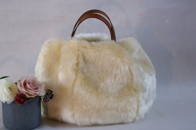 革の持ち手のファーバッグの画像1枚目