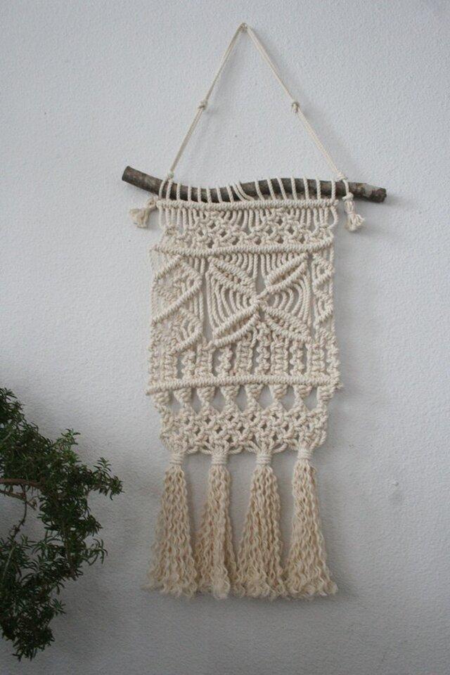 マンサクの枝とコットン生成り糸で♪マクラメ編みタペストリーの画像1枚目