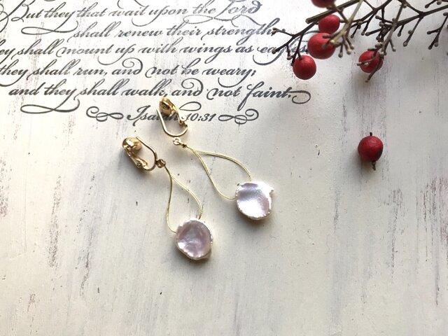 A様オーダー品  淡水ケシパールの花びらのようなイヤリングの画像1枚目