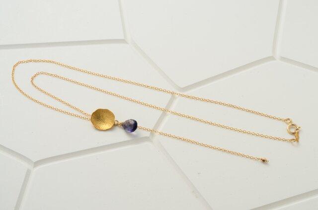 ni116 アイオライトとハスの葉パーツのY字形ネックレス(14Kgf)の画像1枚目