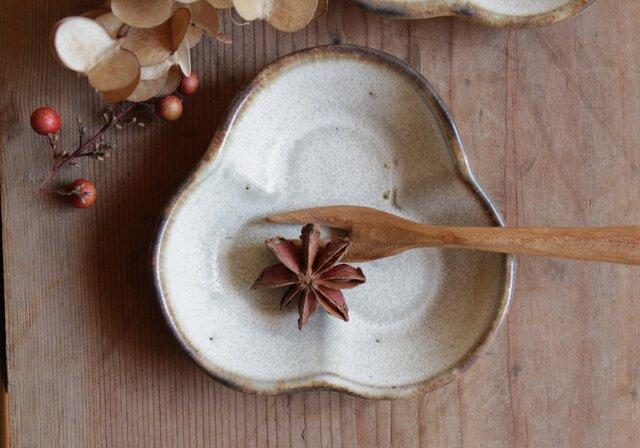豆皿 三つ葉 やさしい雰囲気の白マット系の画像1枚目
