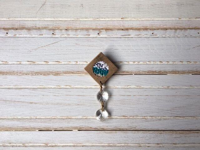 木と裂き織りのブローチ ひし形丸04の画像1枚目